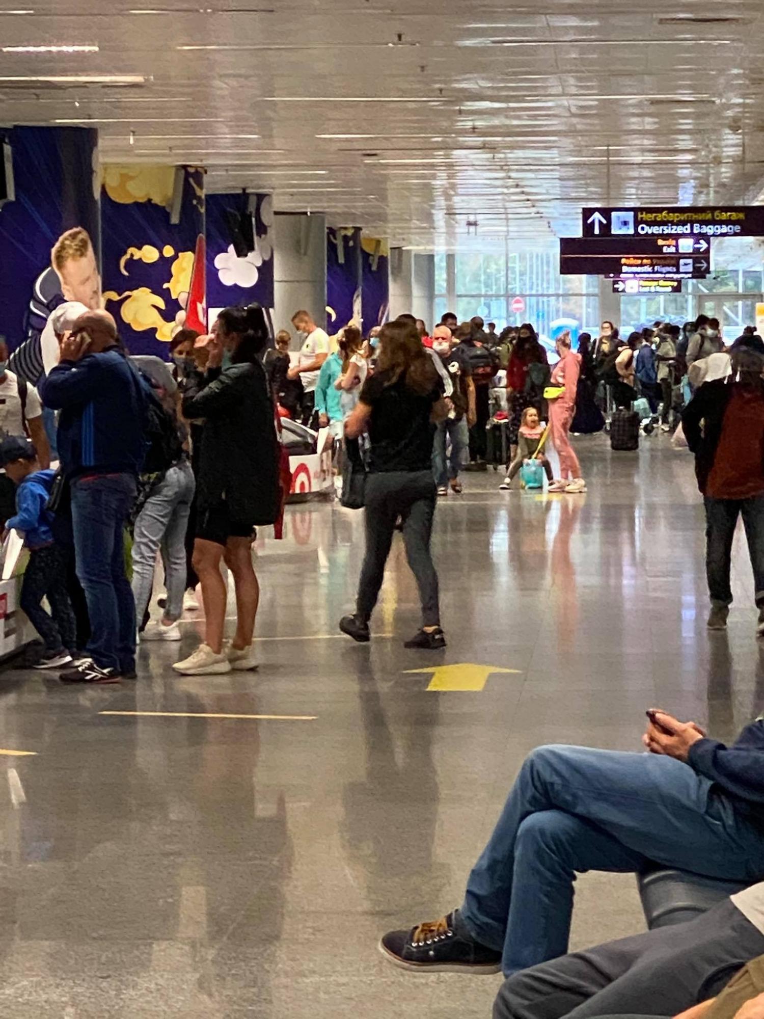 """""""Ни намека на дистанцию"""": туристы жалуются на несоблюдение карантина в """"Борисполе"""""""