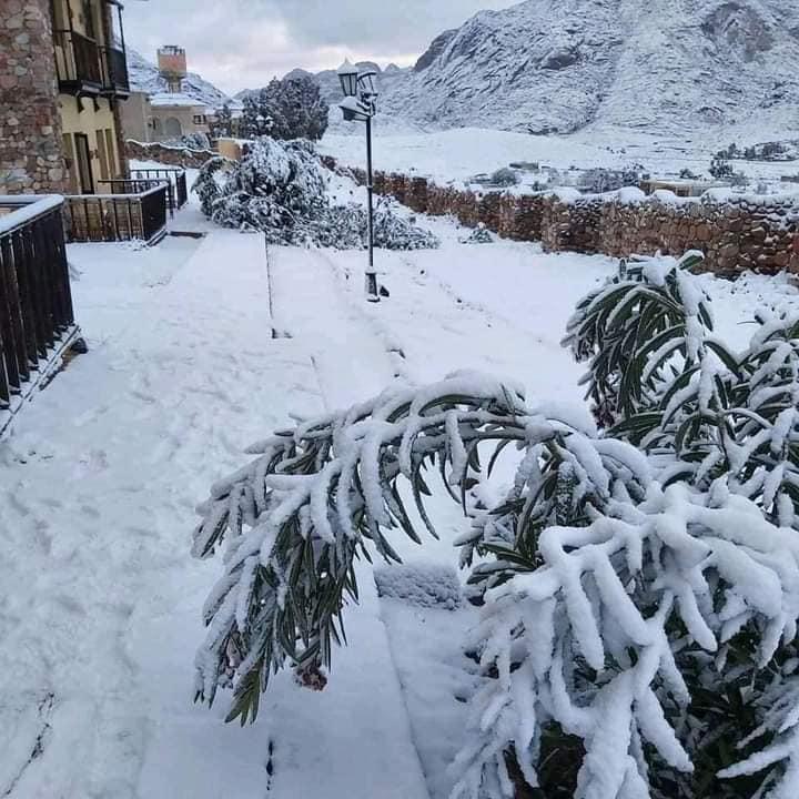 Сніг та штормові хвилі: туристичні об'єкти в Єгипті закривають через негоду