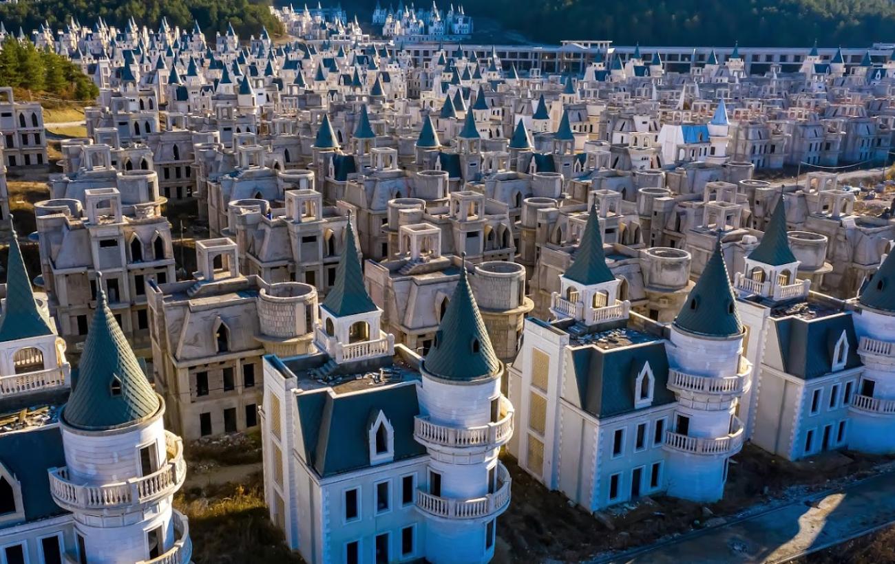 """Сотни замков: заброшенный """"город миллионеров"""" в Турции удивляет туристов"""
